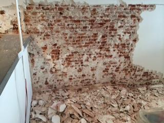 Muren geïnjecteerd tegen optrekkend vocht en gestuukt in Haarlem
